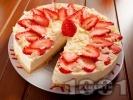 Рецепта Чийзкейк с блат от бадеми и обикновени бисквити, бял шоколад, течна сметана, извара, пресни ягоди и бадеми (с желатин и подсладител, печен)